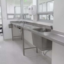 CUBIERTA-CON-AMARRES-Y-POZUELOS-DE-LAVADO-ENTRE-COLUMNAS-Hospital-min